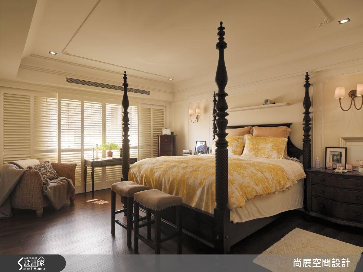 臥室加勒比海四柱床的使用,搭配有著優雅弧度與細節的床頭櫃,穩重大方又不失活潑。