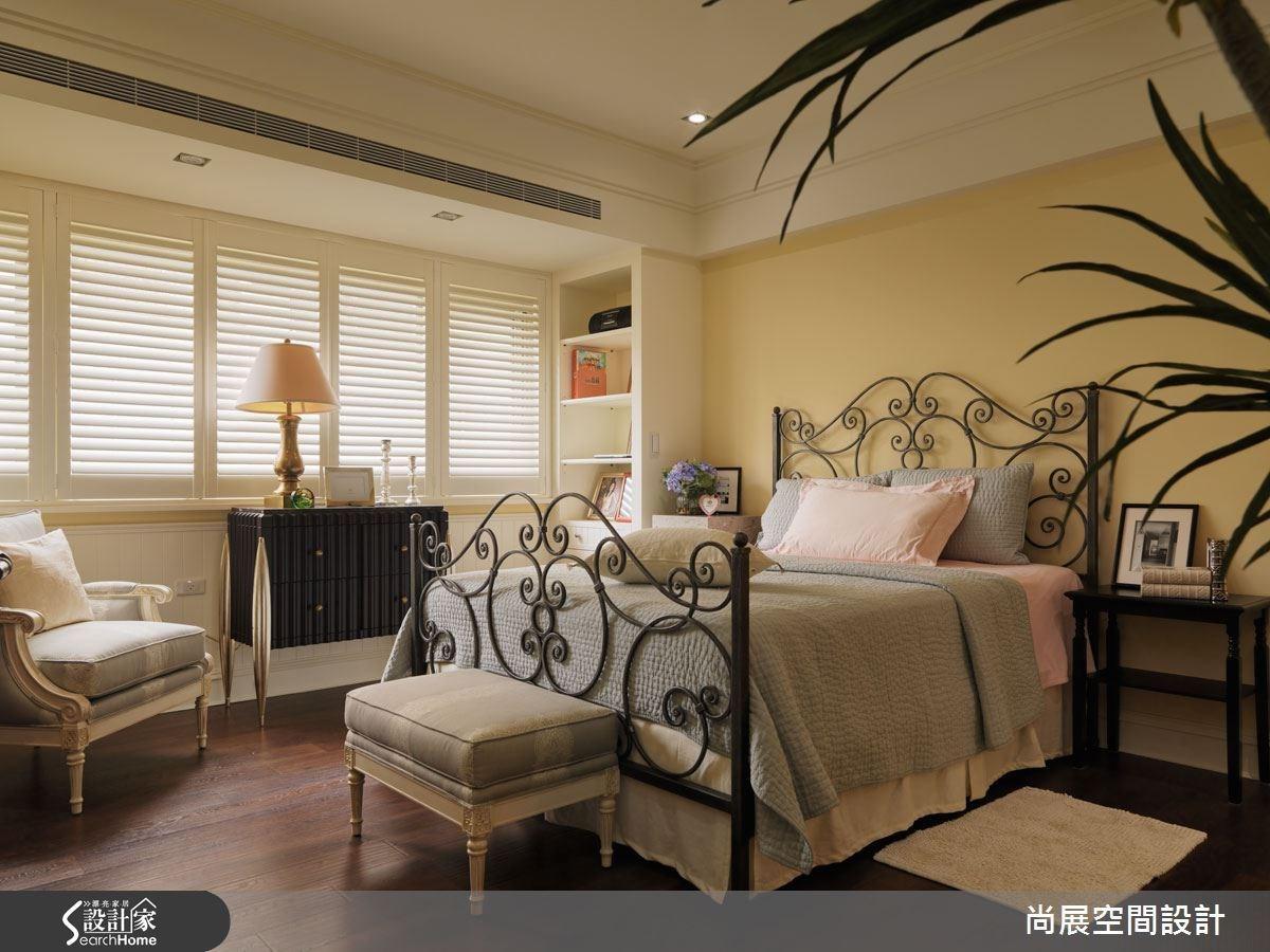 小孩房間的設計,以雕花鏤空的床組營造可愛與溫馨的氣氛,並且配合白色木質百頁窗,讓採光與質感兼具。