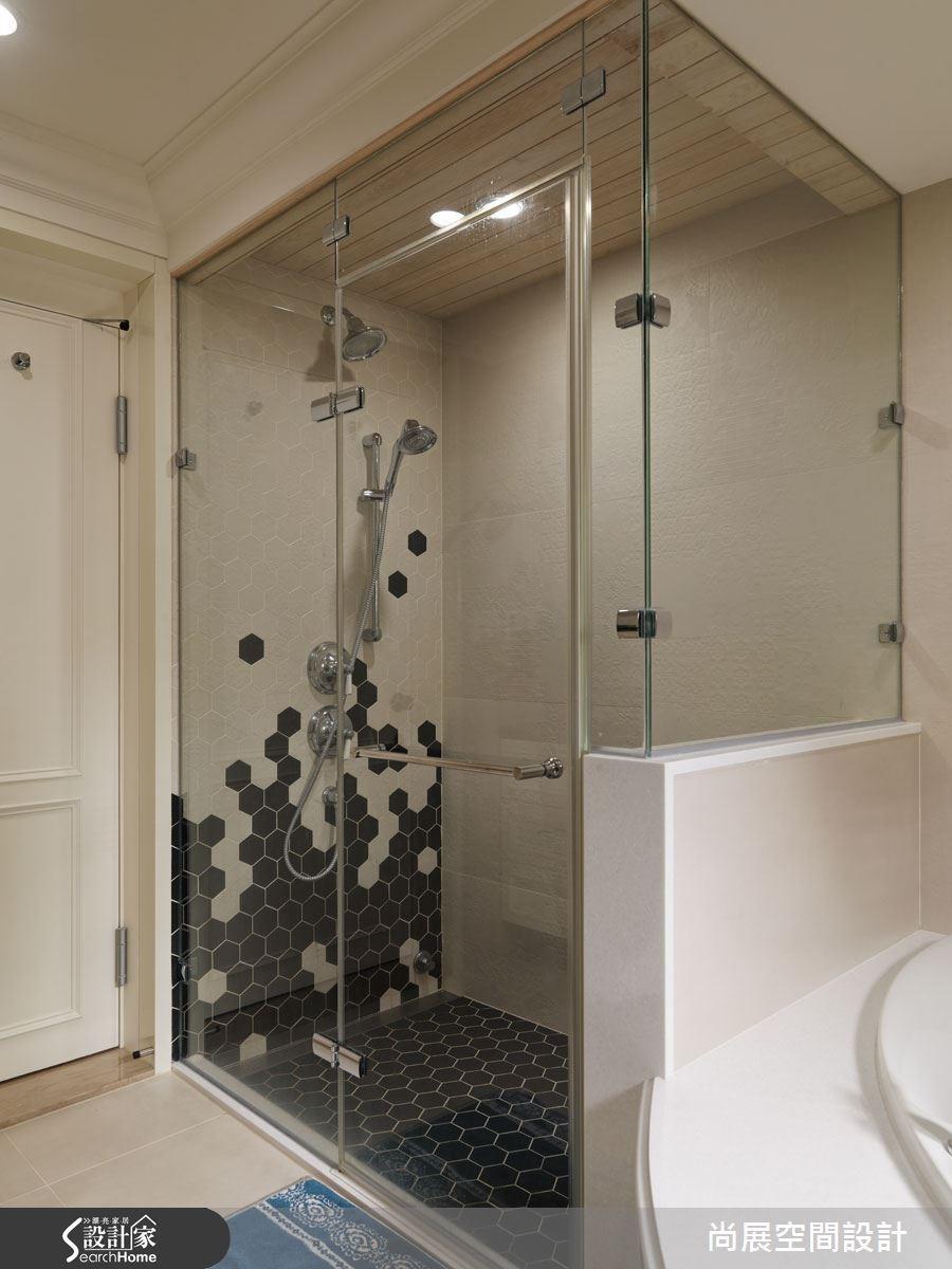 衛浴的設計包含蒸汽浴室與三角浴缸,加大的空間與水療設施讓身心皆療癒,並且在瓷磚上利用六角磚拼貼出蜂巢圖案,讓視覺得以往上延伸、空間也更加活潑。