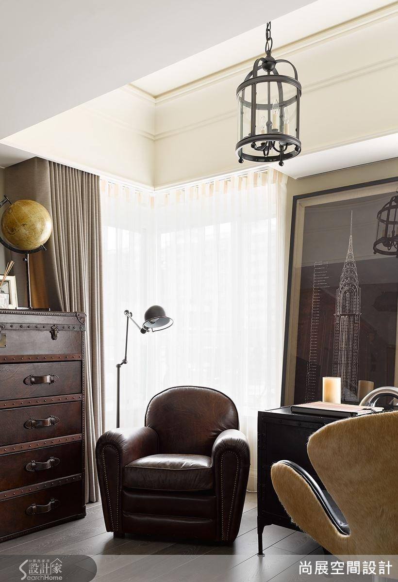 臥室一旁的休憩角落,以吊燈和沙發營造出來的沉思、閱讀空間。