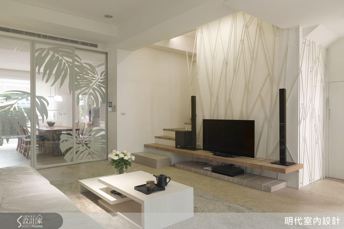 為了讓整個電視區與樓梯部分比例協調,設計師將電視檯面與第二階樓梯切齊相連,空間更具和諧之美。