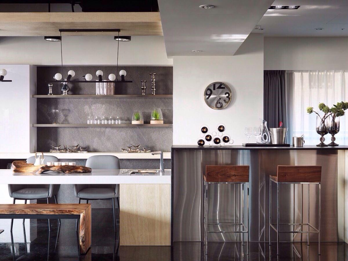 小酌品茗皆人生樂事,相連的休息區以木質與不鏽鋼搭配,溫潤與現代感亳不衝突。