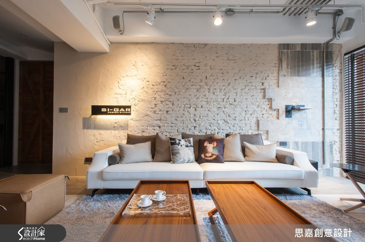 沙發背牆保留了牆面施作的粗胚質感,相較於常見的文化石牆,更具粗獷自然的工業感個性;同時詹設計師也讓整面牆呈現由泥作到貼磚的成形過程,作為「空間設計者的家」,這面牆的用意可說是極具巧思與獨特意義。