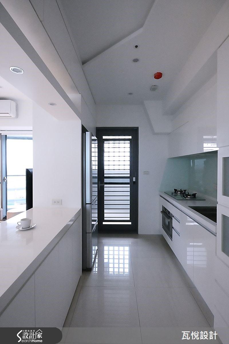 天花幾何切割劃出料理區與隱藏管線樑柱的精品櫥窗。