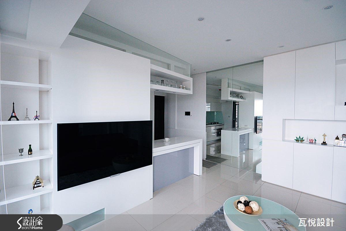 客廳電視牆後是廚電收納櫃,隱藏光源,展現虛實趣味且富功能性的收納牆。