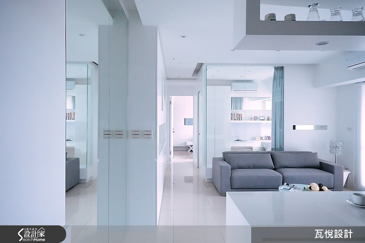 透明清玻璃牆讓客廳與客書房有了奇妙連結, 2/3 清玻璃牆搭配窗簾讓穿透與私密共享。擁有獨立領域,相伴卻不打擾,成就 1+1 大於 2 的寬敞實用。