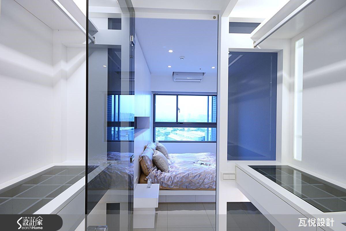 大量灰鏡、燈光、清玻璃與白色展示櫃設計,呈現時尚精品質感。