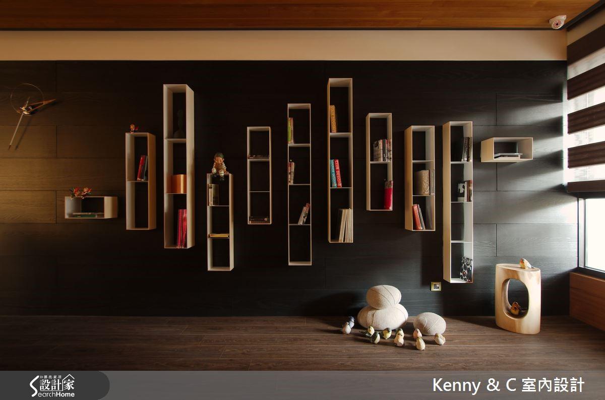 整面黑色木主牆串聯餐廳與書房,白色鐵件展示櫃如跳耀音符般,於上舞動。