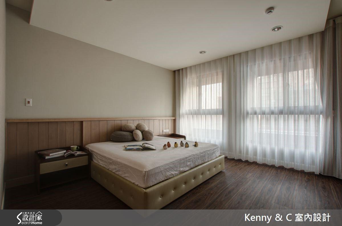 主臥室床頭暗藏大量收納空間,不錯失角落坪效,滿足收納需求。