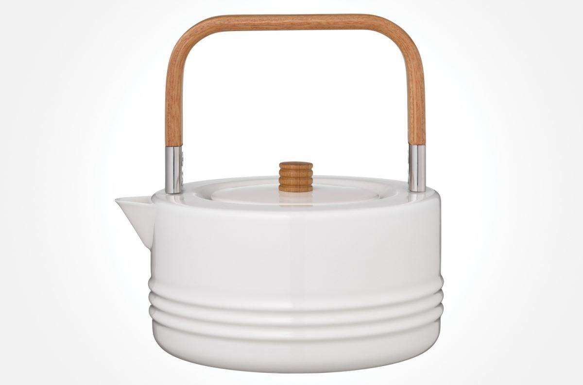 【弦紋琺瑯茶壺】選用複合竹子的材料作為茶壺的握把,讓接觸握把的當下是溫暖的,加熱時導熱不易,加強安全性。圖片提供_器研所