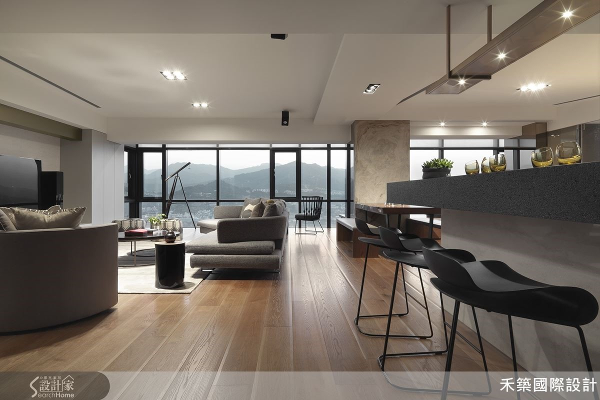 坐擁自然山景的開放式格局,加上符合實用機能的輕食吧檯,讓公共區的設計,完全符合好客的屋主需求。