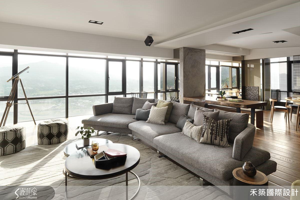 將房間與餐廳空間互換,無隔間的開放式公共區,搭配設計感十足的低檯度家具,讓自然山景綿延不斷,創造清朗的空間。