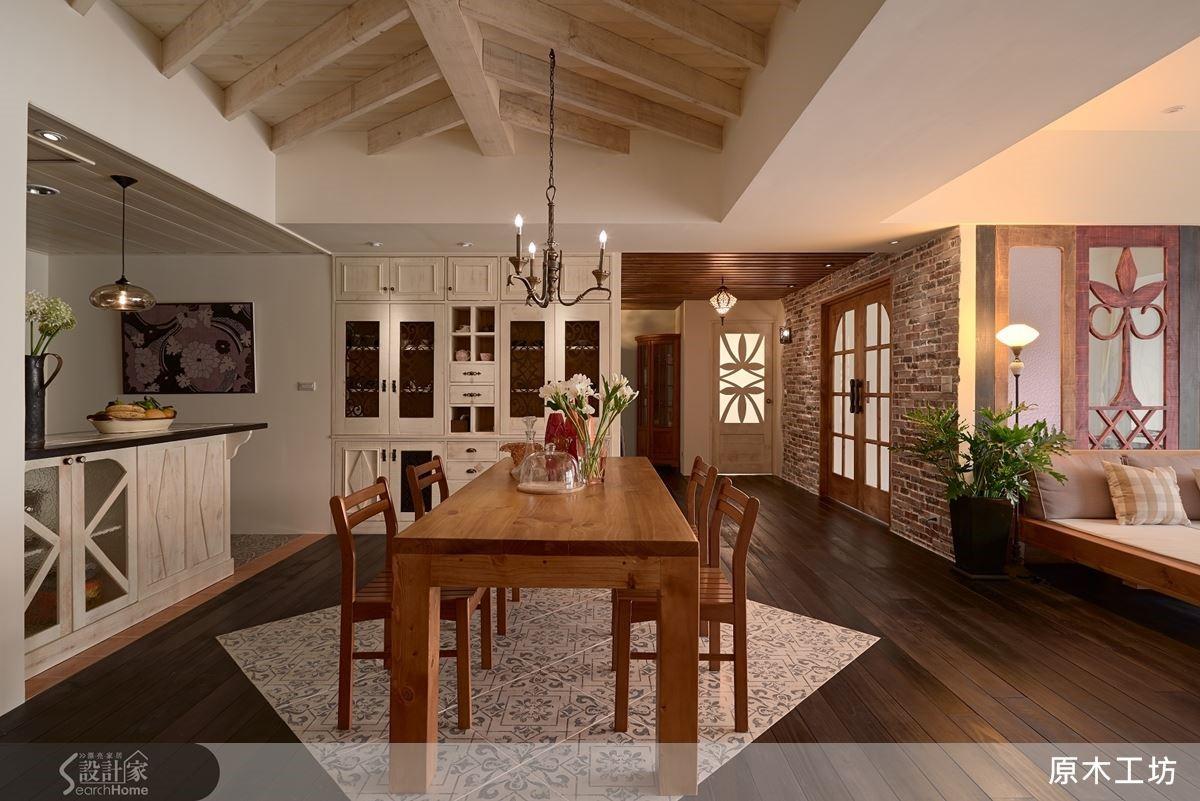 在長型的公共空間中,原木工坊透過天花板的線條設計和地板的磁磚點綴,讓空間變得有焦點。