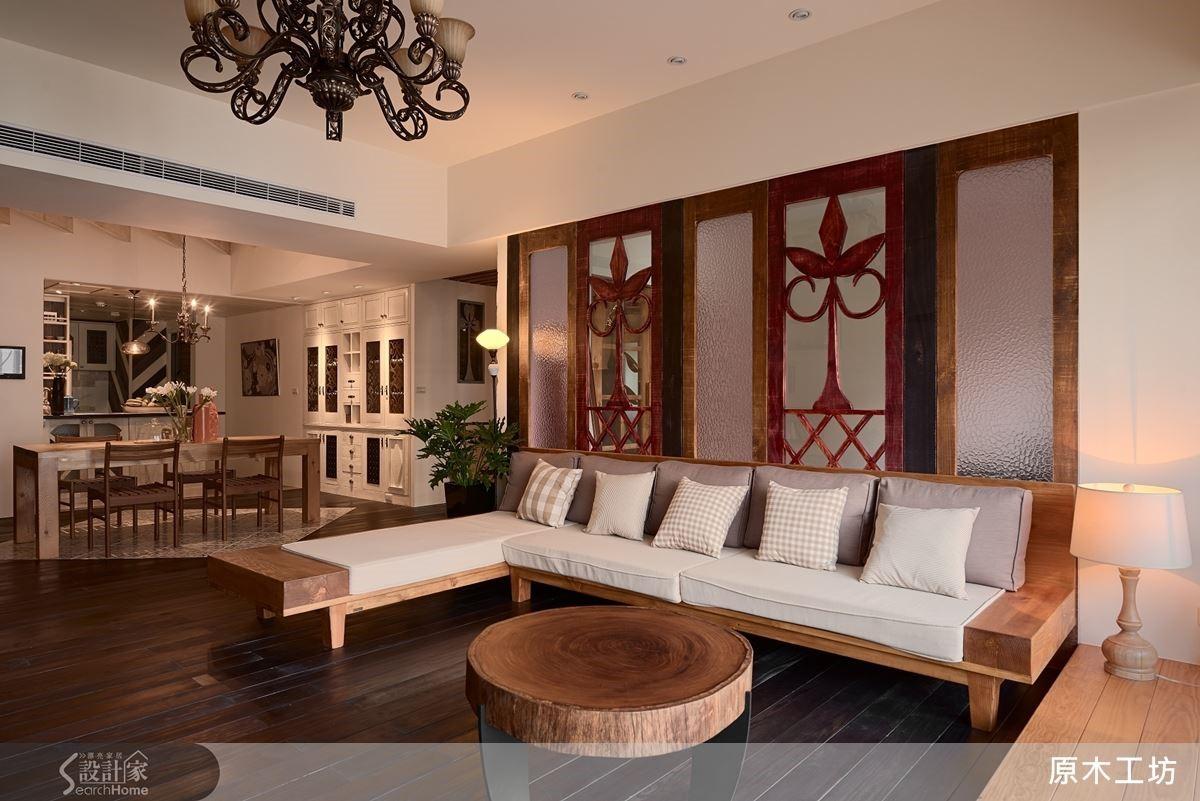 不論客廳的沙發或沙發背牆,以厚實的木頭雕花、透明或粉色玻璃,打造客廳簡潔中帶有的溫度。