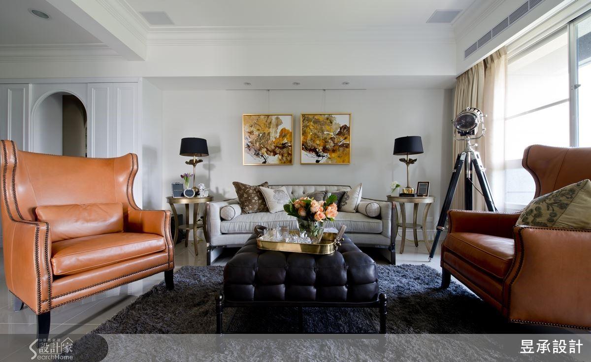 在大地色系的空間中,運用亮橘色皮革單椅作為跳色,成為最矚目的聚焦亮點。