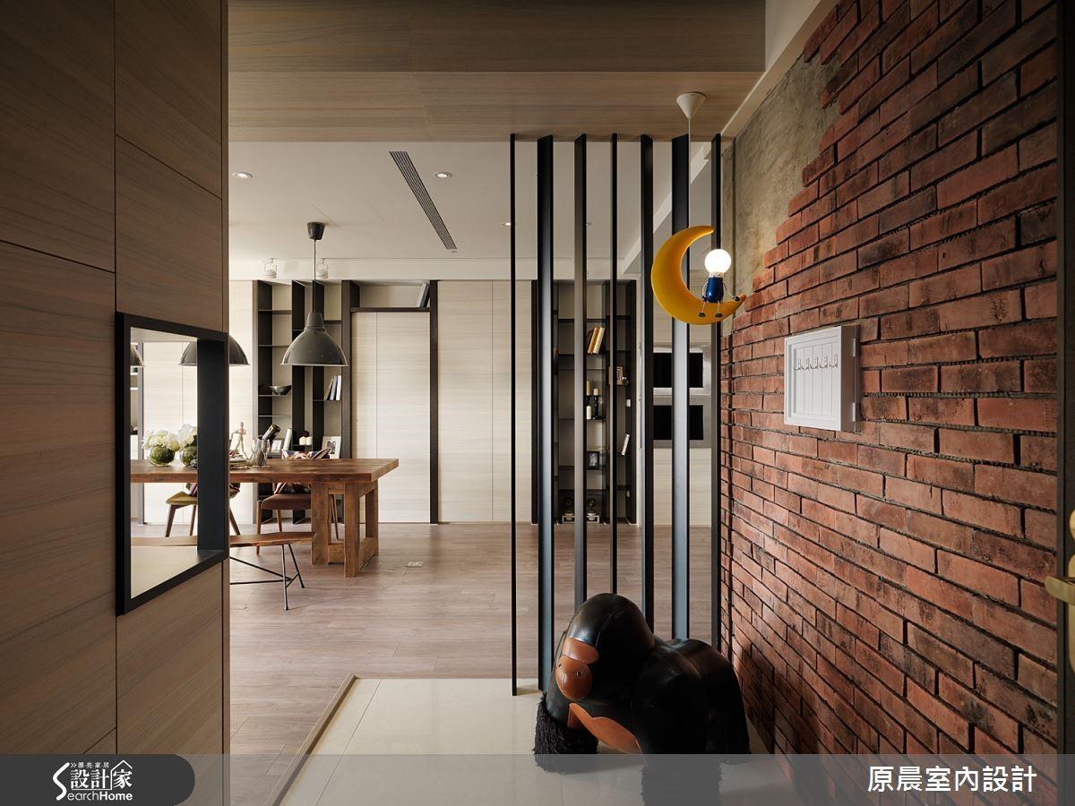 藉由紅磚牆讓玄關充滿光陰時代的歲月感,替家增添懷舊的情懷,讓人感受一股溫暖。