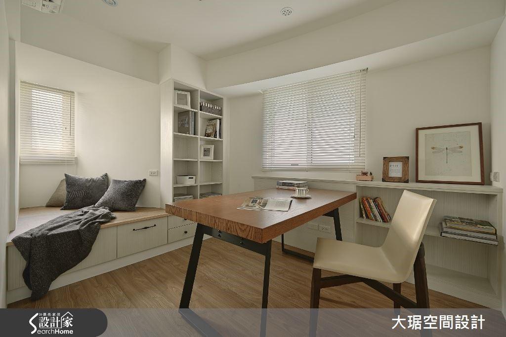 書房內規劃舒服的臥榻設計,一片白色的空間裡搭配木質家具與配件,一個能靜下心讀書的好地方。
