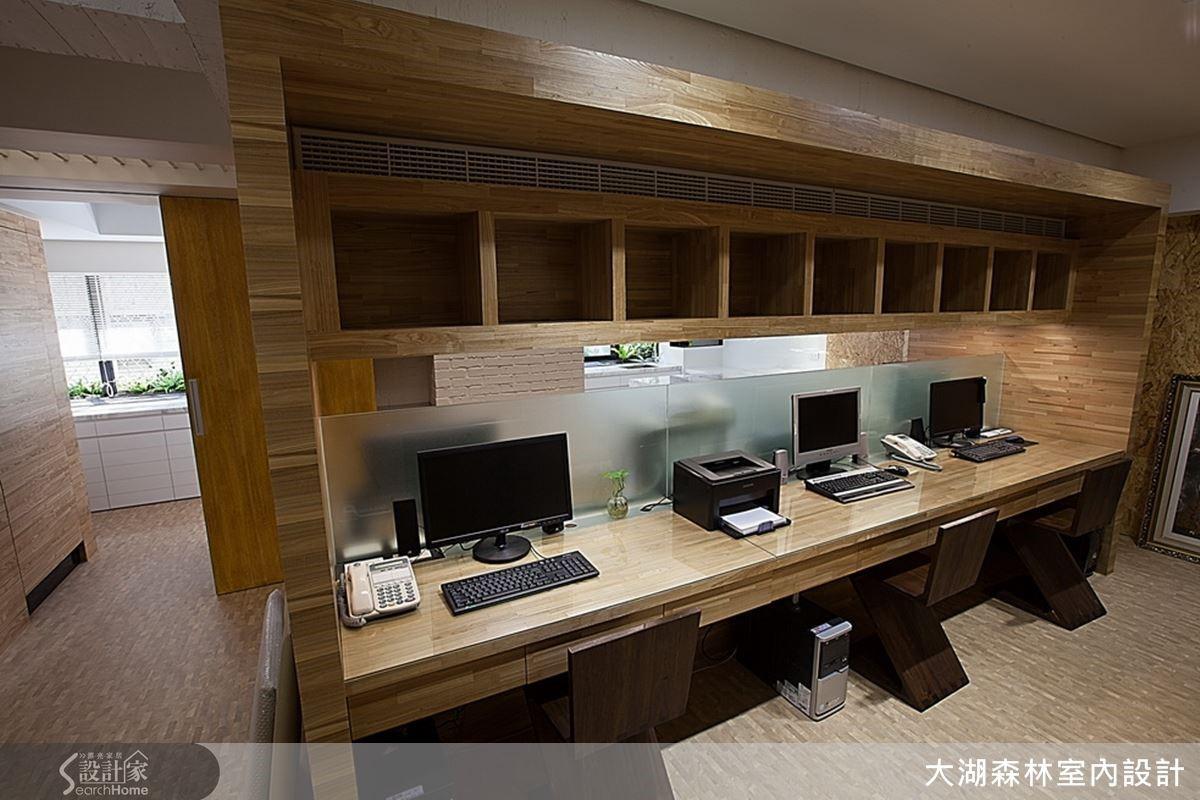 將員工辦公室集中在中間,將檔案資料收納在四周牆面與無形的多動線環繞及多功能設計,成為空間設計重點。