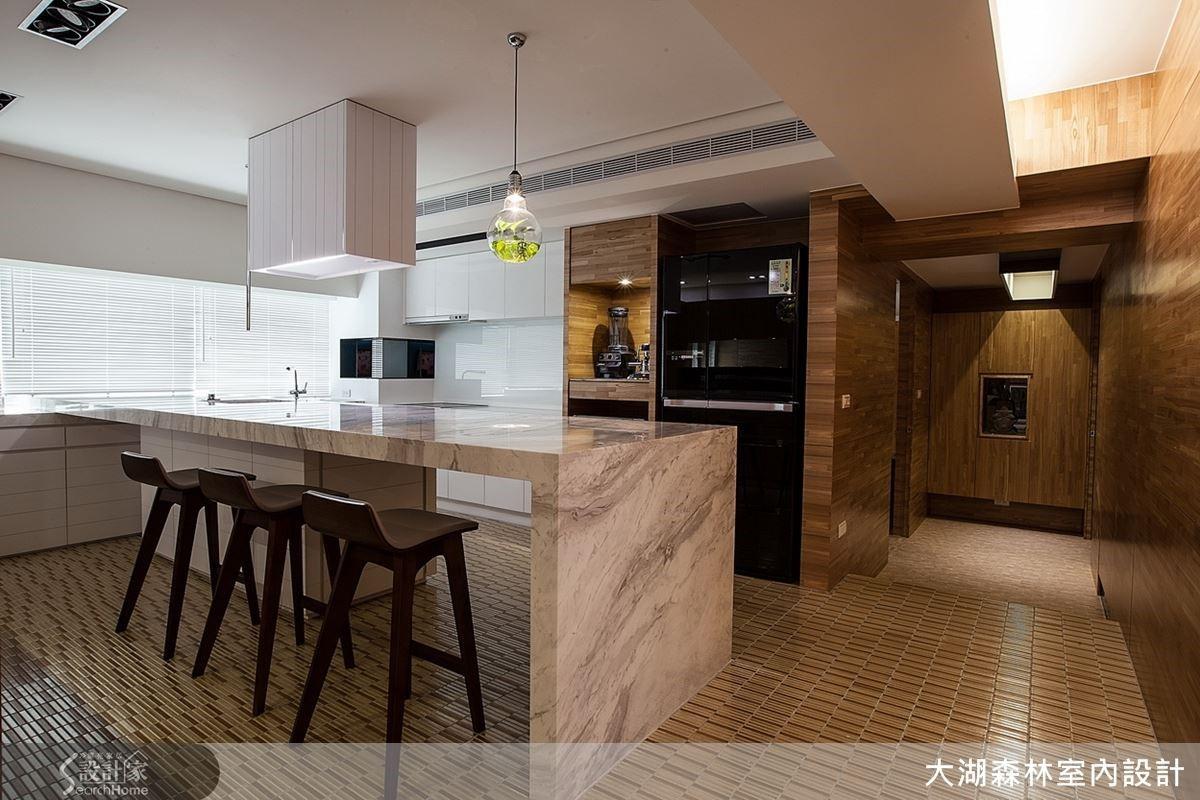 私人空間裡的吧台廚房設計,搭配百葉窗的採光,讓日光隨著時間在空間裡產生不同的日軌變化,更添空間的層次變化。