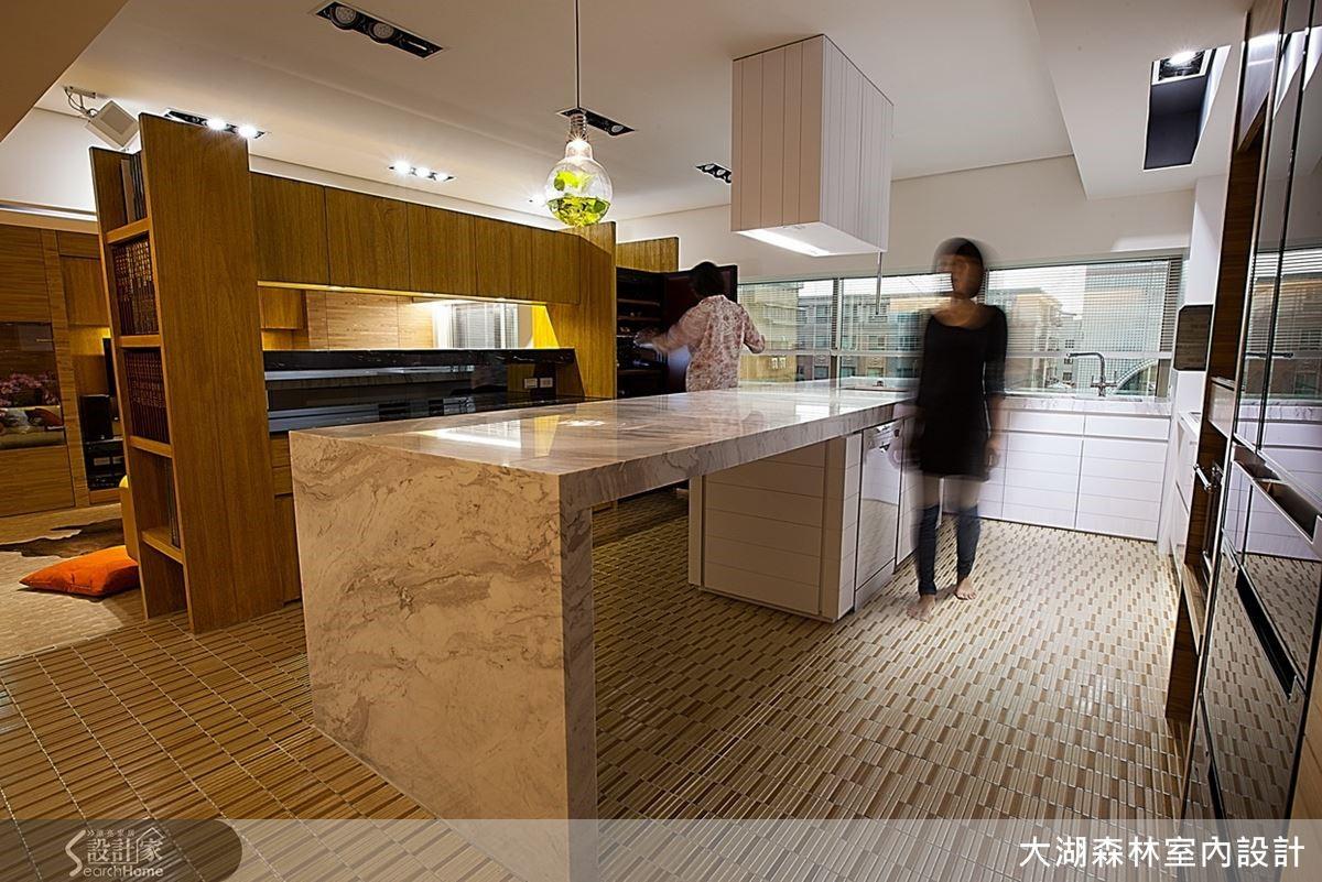 架高地坪的超長中島吧台設計,除了隱藏埋線機能外,更在無形中界定在公共及私密空間的區域分際。