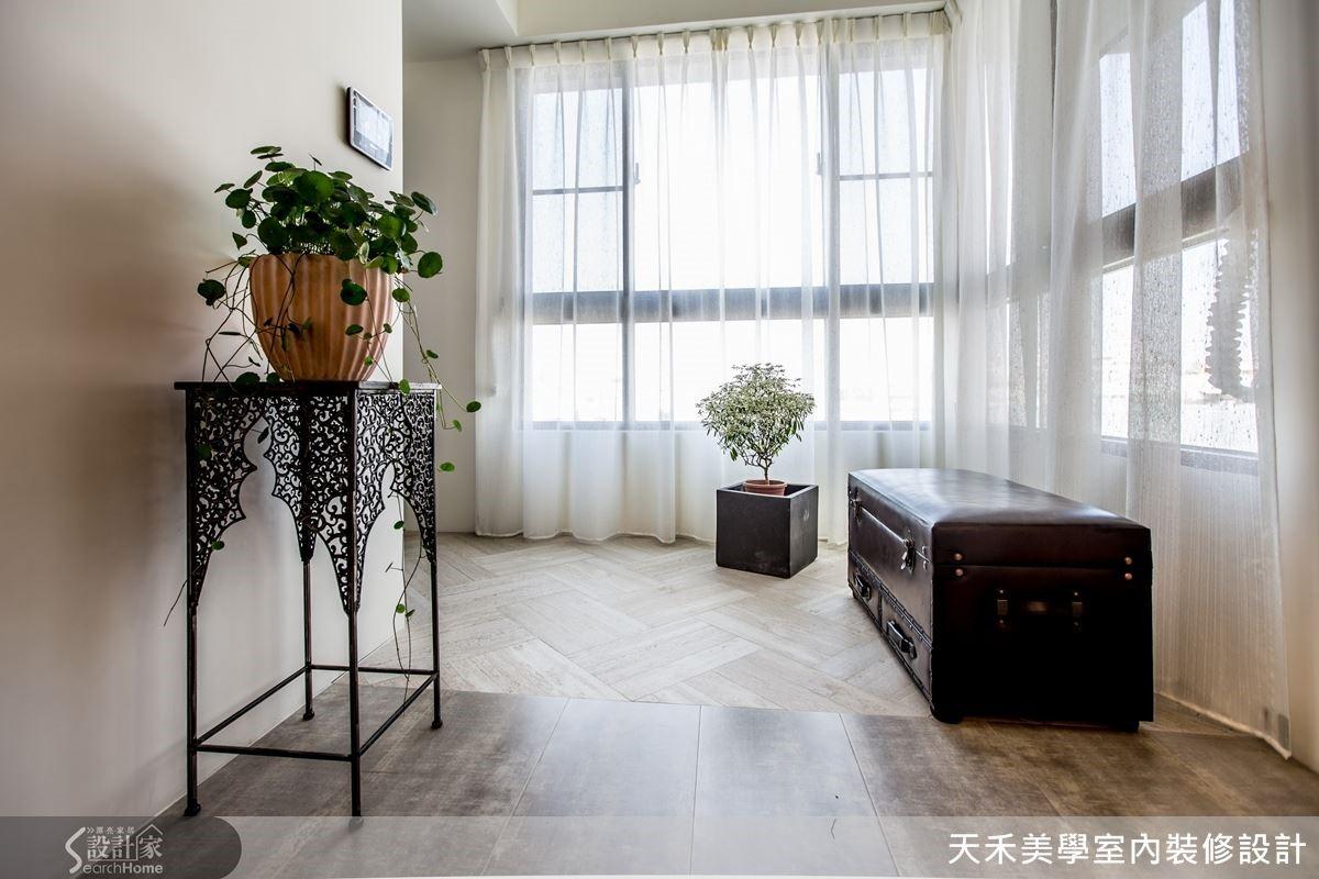 明亮溫暖的玄關讓人一進門就有好心情,而不同樣式的清水模地磚則暗示了格局界定,並創造更豐富的美感表情。