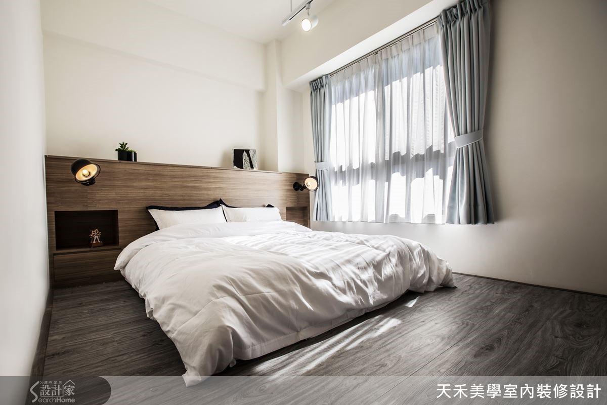 主臥室採用偏灰棕色的木材質,營造純粹舒適無壓力的睡眠環境。
