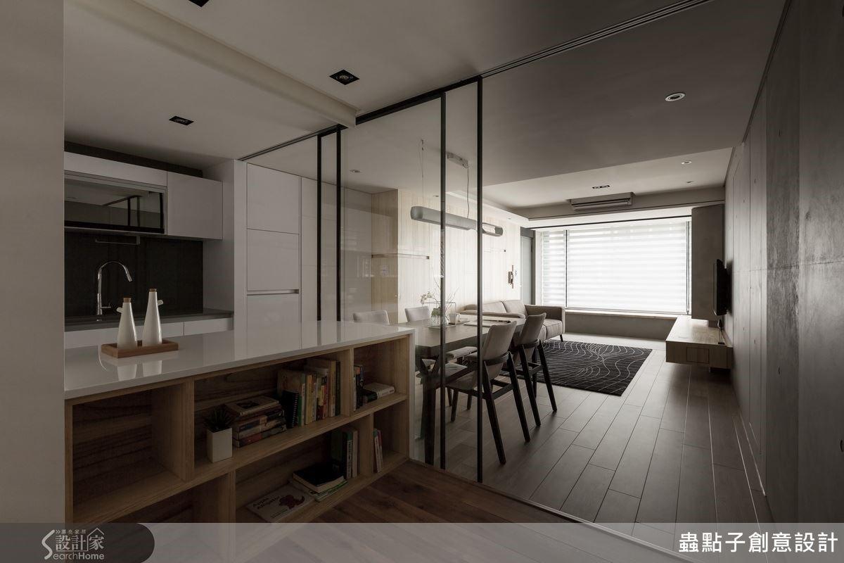 書房與餐廳利用鐵件及玻璃拉門區隔,保有空間的穿透感,讓陽光、空氣在屋內自由流動,讓人備感舒適的規劃。