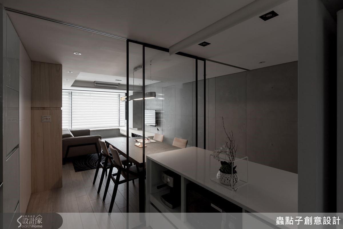 廚房左側的櫃體為系統櫃與局部木作方式施作,結合兩者的優點,以木作詮釋複雜的溝縫造型,別具個人特色的設計。