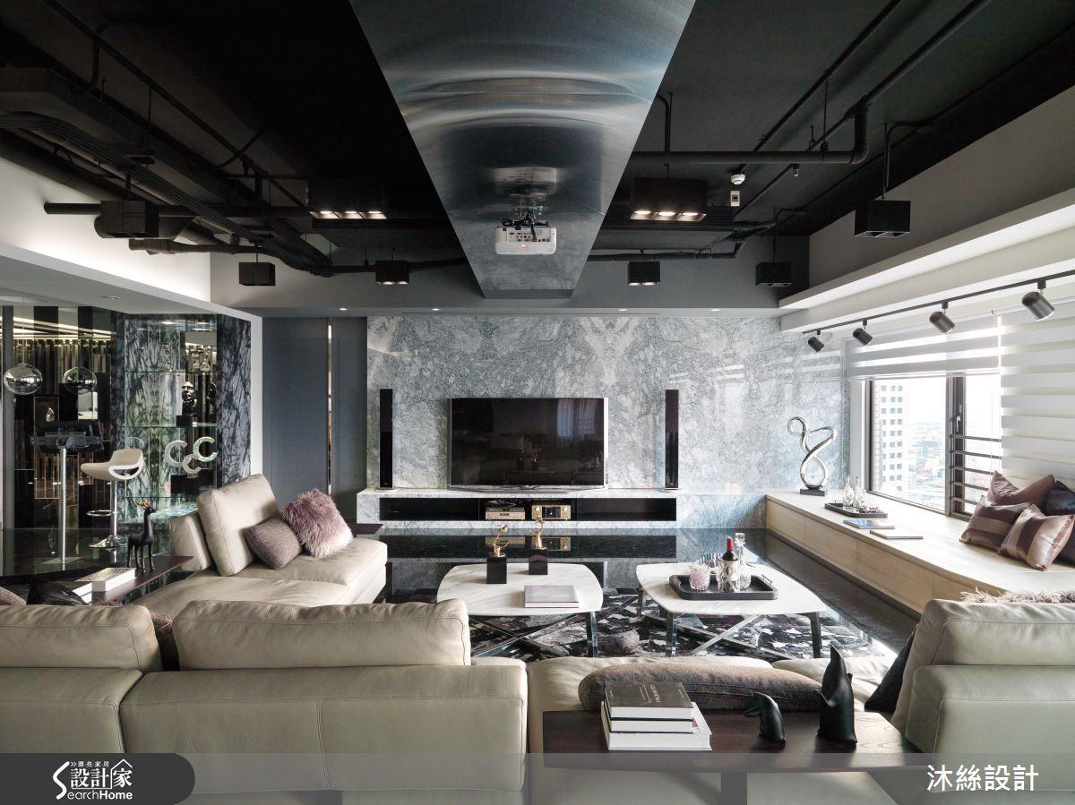 設計師將天花板管線落露,並以黑色作為整體色調,並利用毛絲面不鏽鋼包裹橫亙天花板的大樑,化缺陷為優點,展現不凡氣勢。