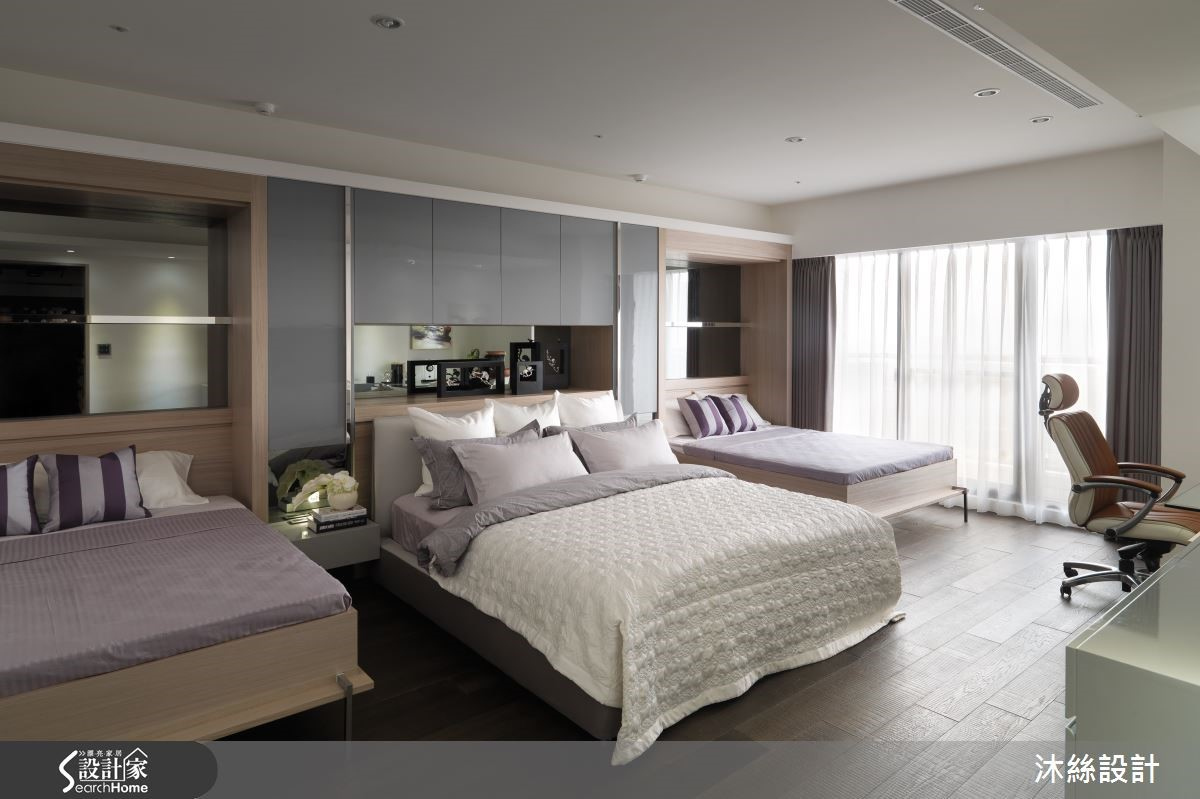 主臥房延續公共空間不鏽鋼和鏡面的設計,利用溫潤的色調完成舒適安心的睡眠區域,同時因應需要經常宴客的需求,另外增設兩張雙人掀床,達到節省空間和實用並具的機能設計。
