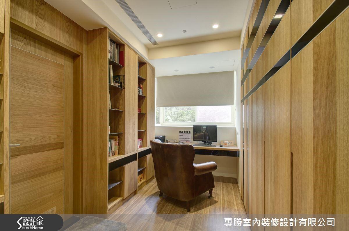 衣櫃則利用美耐板、鋁條和實木交錯,設計成為膠捲意象的門扇,在主臥房中也讓屋主特質嶄露無遺。
