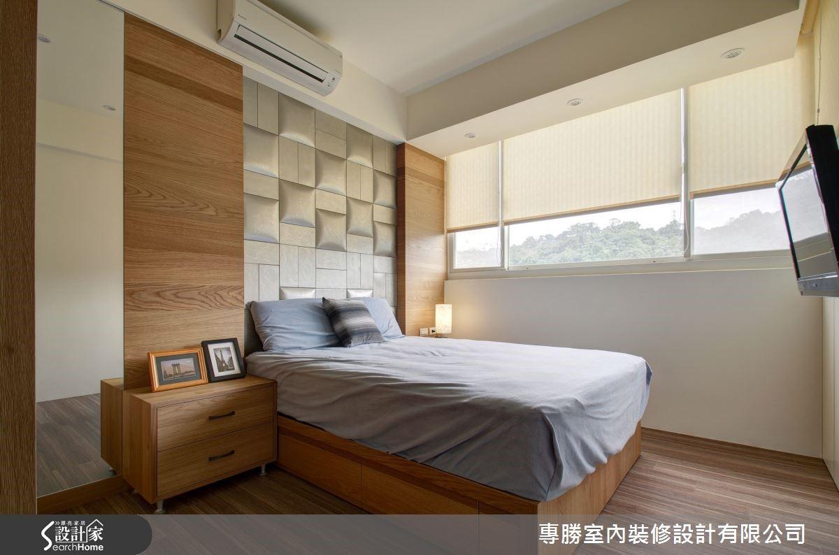 長親房則使用設計師陪屋主在建材展挑選的高密度泡棉繃板和實木相襯表現床頭牆質感,營造高雅舒適的睡眠環境。