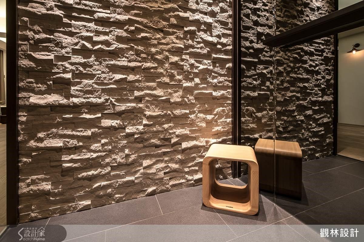玄關處以淺色文化石形塑自然、粗獷的氛圍,而灰鏡面給予人們空間放大的視覺感受,也能做穿衣鏡用,便利而貼心的設計!