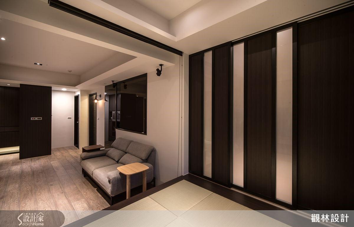 以三片的日式拉門作為公共與私人區域的屏障,而當門片收起來時便可以延伸整個和室的空間,變得更加寬闊。