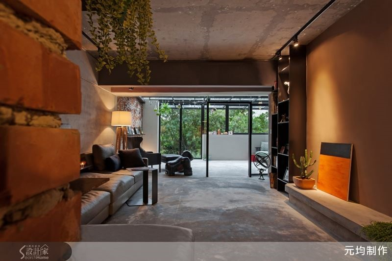 空間裡運用實木、磚牆、水泥作為主要媒材表現,細緻而粗獷、樸質而溫潤的相互映襯著生活表情。