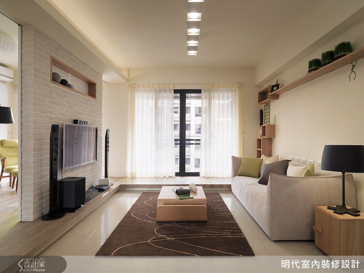 架高地板延伸至窗邊處正好能做臥榻用,一個能發呆、休息的角落。