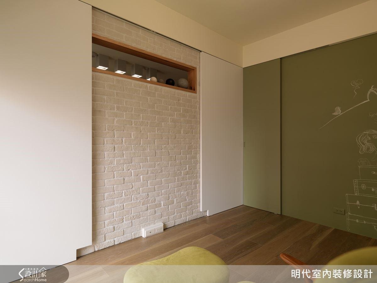 電視牆後方是書房的空間,關上拉門前是開放式的空間,關上門後則是別有洞天。