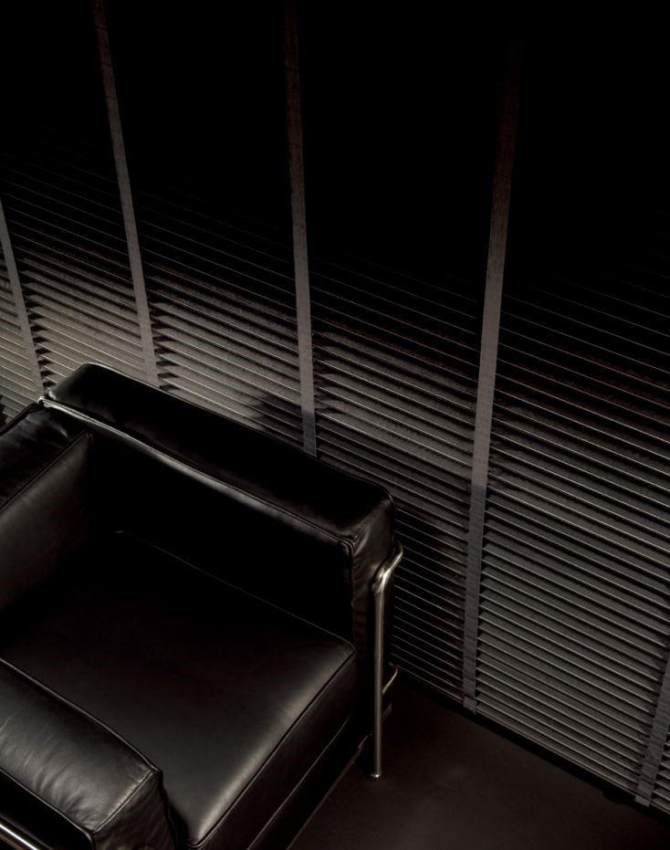 木百葉染黑後顛覆一般木質色系的印象,在風格的表現上,也能展現沉穩俐落的現代風情。圖片提供_榭琳傢飾設計公司