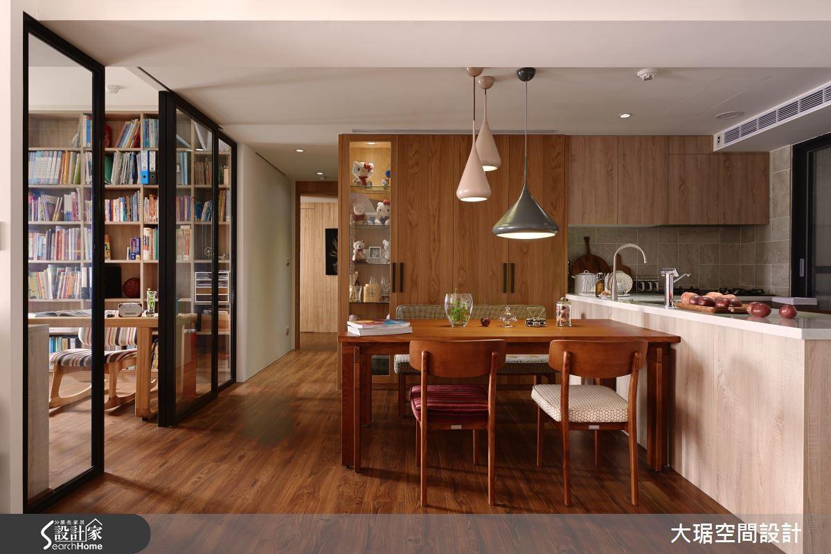 橫亙公共空間的大樑壓著書房的玻璃拉門,還能區隔使用空間,豐富層次。