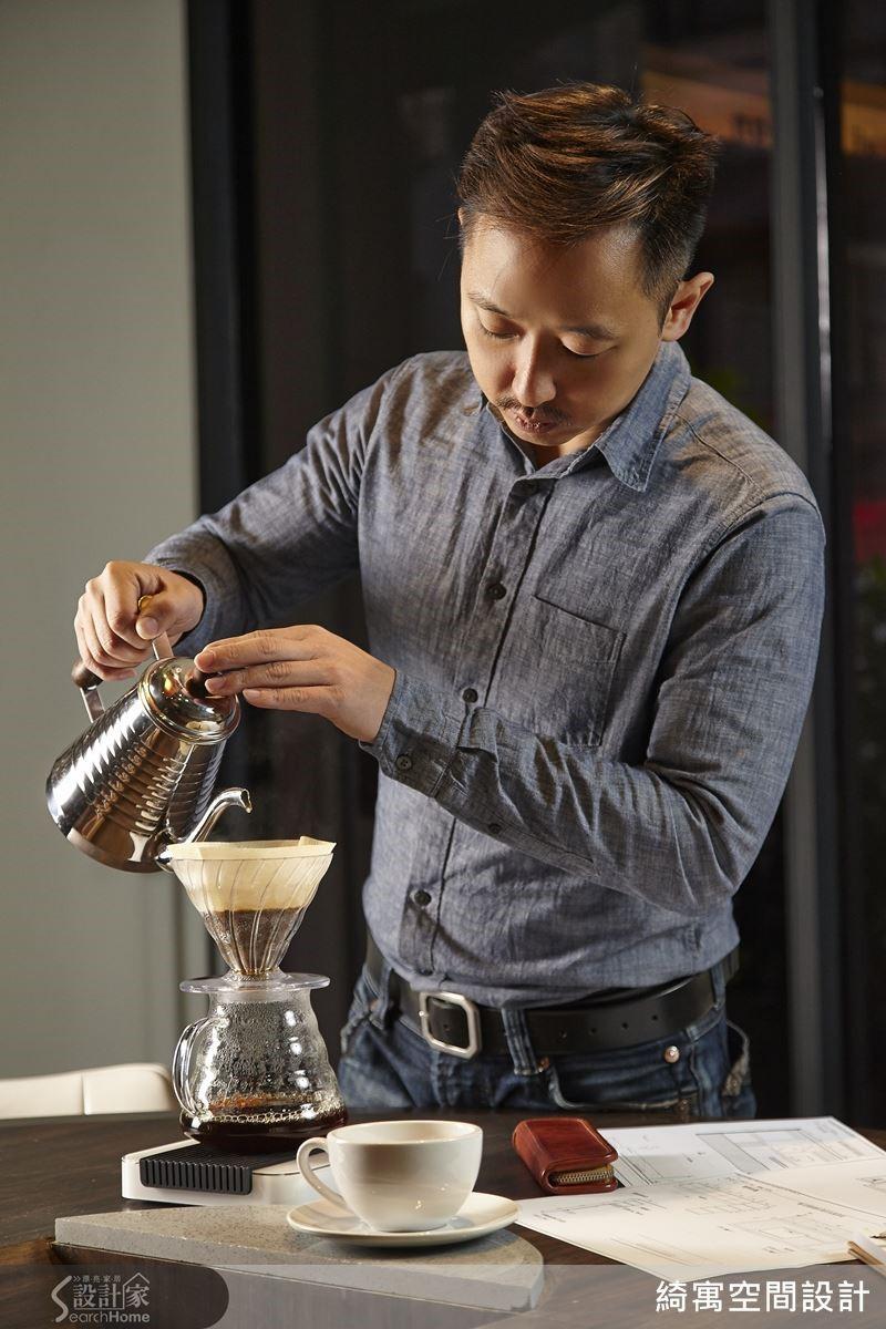 以手沖壺慢慢沖調咖啡的專注過程,對張睿誠而言也是一種轉換思緒的療癒方式。