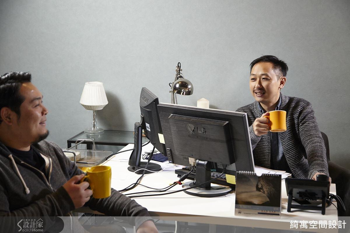 一般設計事務所的助理,免不了要幫設計師端茶泡咖啡的工作。但是在綺寓空間設計,卻是總監煮咖啡給員工喝!這或許是綺寓空間設計效率好、品質佳的獨門秘方?