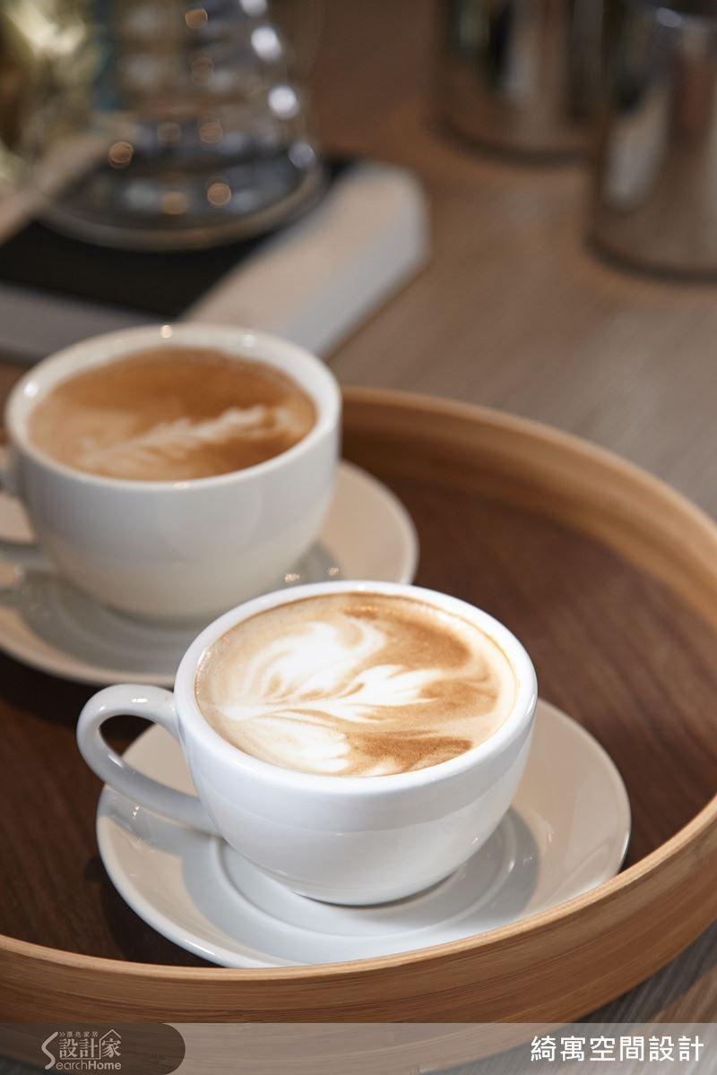 找設計師談室內設計,來上一杯咖啡並不稀奇,但是要在設計事務所裡喝到國際咖啡師等級的咖啡,那可就稀奇了!而這杯凝聚極致專注力的職人性格咖啡,滋味究竟如何呢?小編只能說,為了能喝上這一杯連商業咖啡廳都不一定比得上的好咖啡,我們很樂意多跑幾次訪問!(笑)