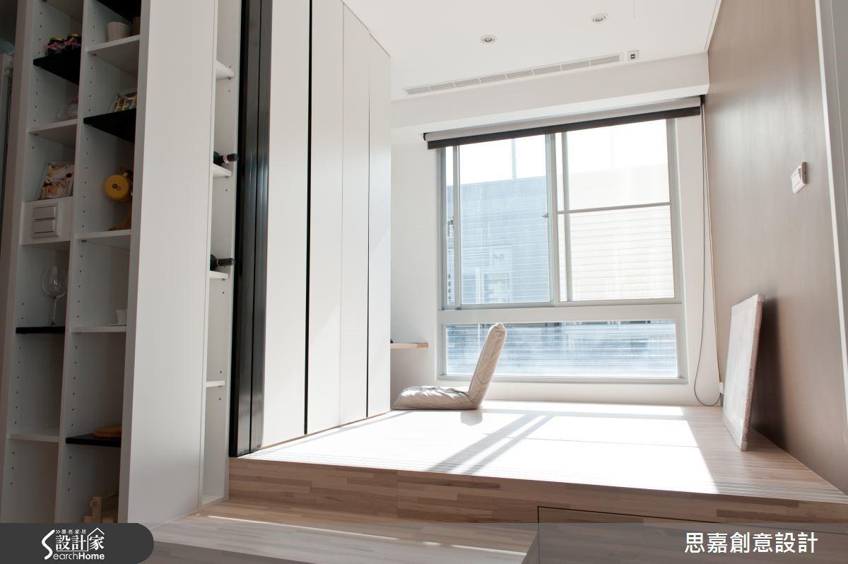 只要用心思考,其實居家環境中有許多可以巧妙複合利用的空間。例如本案的開放式書房採取架高地板設計,不但讓空間層次更加井然有序, Jerry 還把階梯設計為收納抽屜,設計感與實用性都兼顧。