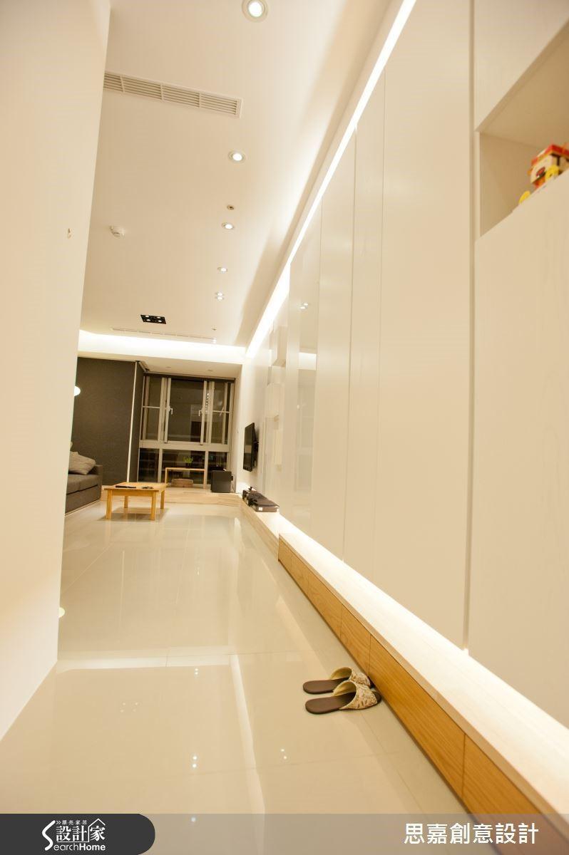 櫃體上下方巧妙營造燈槽設計,與天花板的間接燈光相互呼應,讓極簡的空間美學中更多了幾分時尚造型質感。
