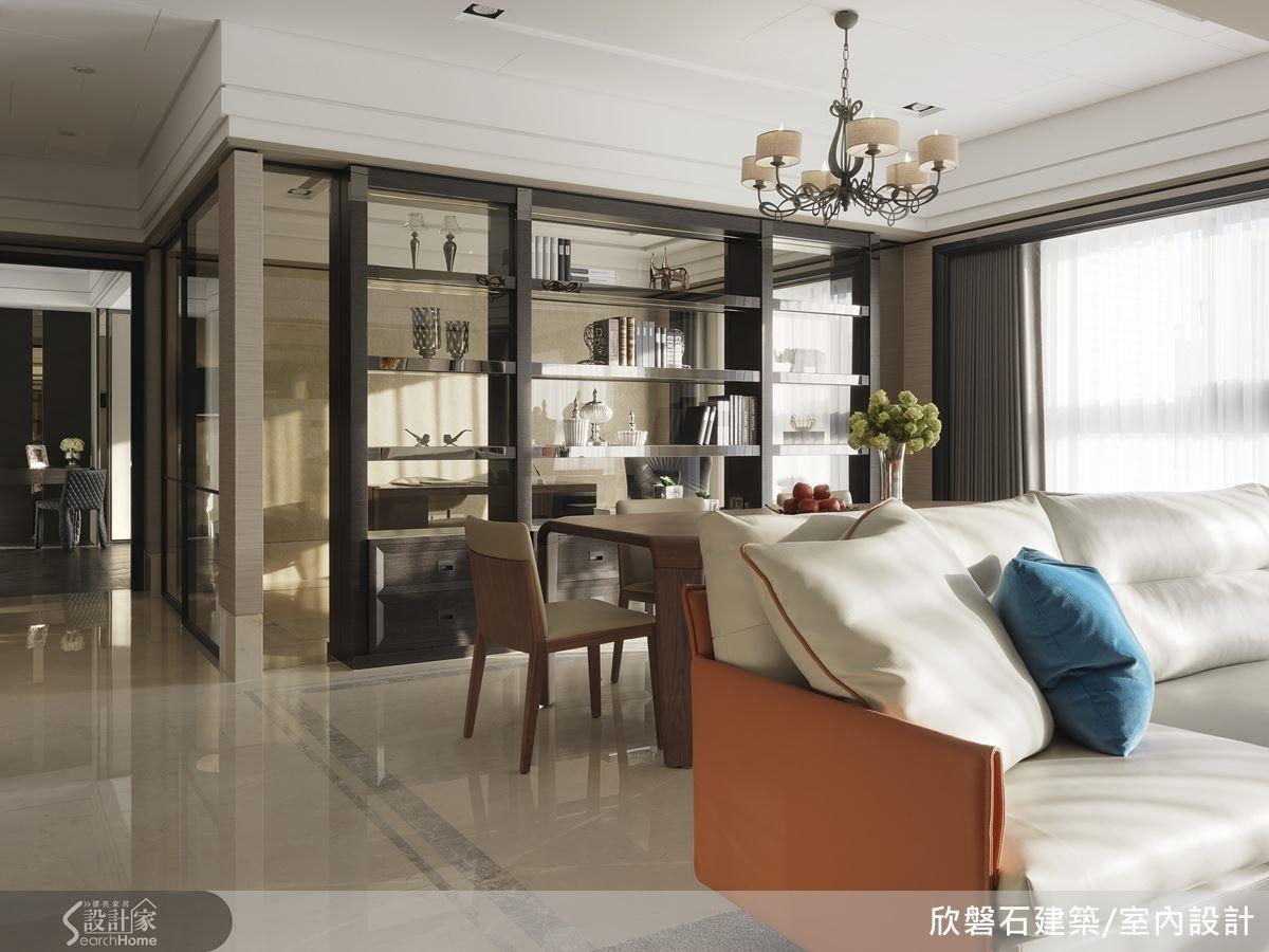 客餐廳以大型沙發為界,整個開放空間絲毫無隔闔感;半穿透的玻璃櫃牆,為書房、餐廳皆可用的雙面設計。