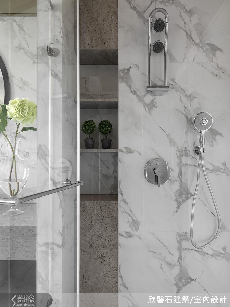 淋浴區內部的牆面規劃了隱式收納櫃,可供屋主放置各種洗浴用品。