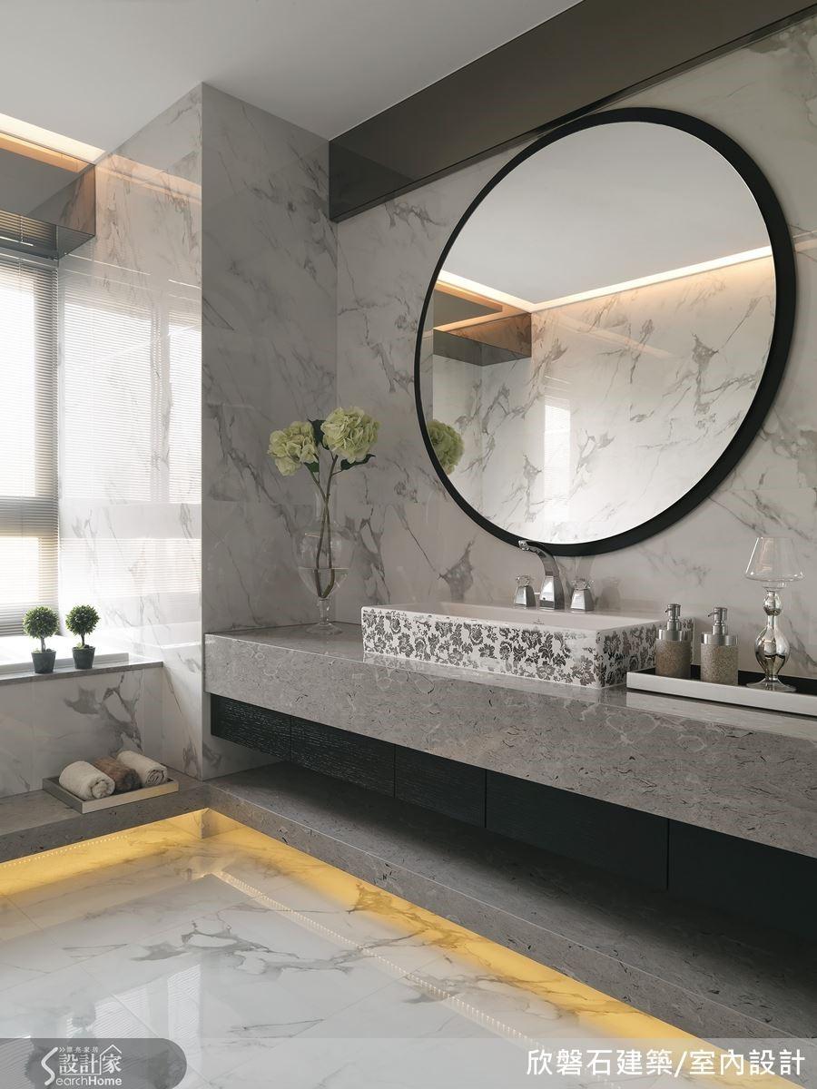 主臥衛浴間走低調奢華的路線,勾勒窄邊黑框的大圓鏡凝練了這份灰黑白的簡約之美。