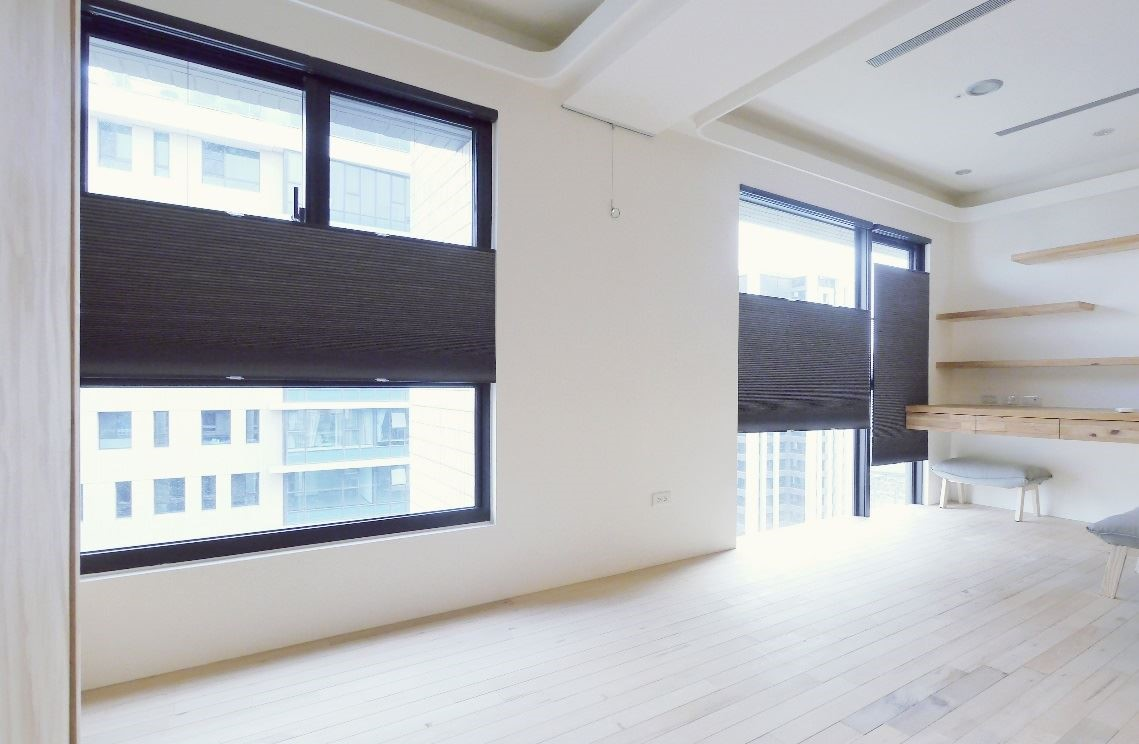 NORMAN 無拉繩 TDBU 蜂巢簾(不透光材質),兼顧室內隱私、可任意調整窗簾升降。