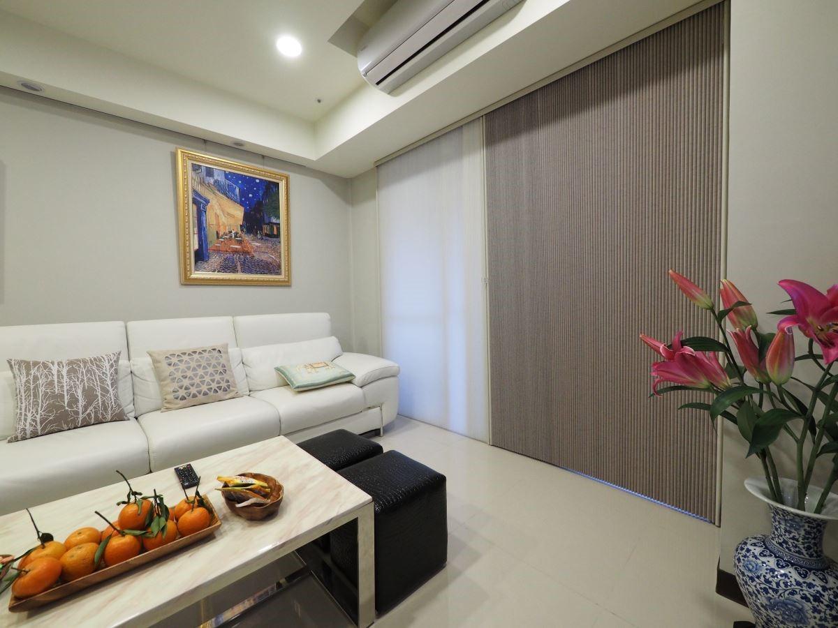 NORMAN 直立式日夜簾系列,適合用大面積窗型,可任意調整兼顧室內採光、隱私。
