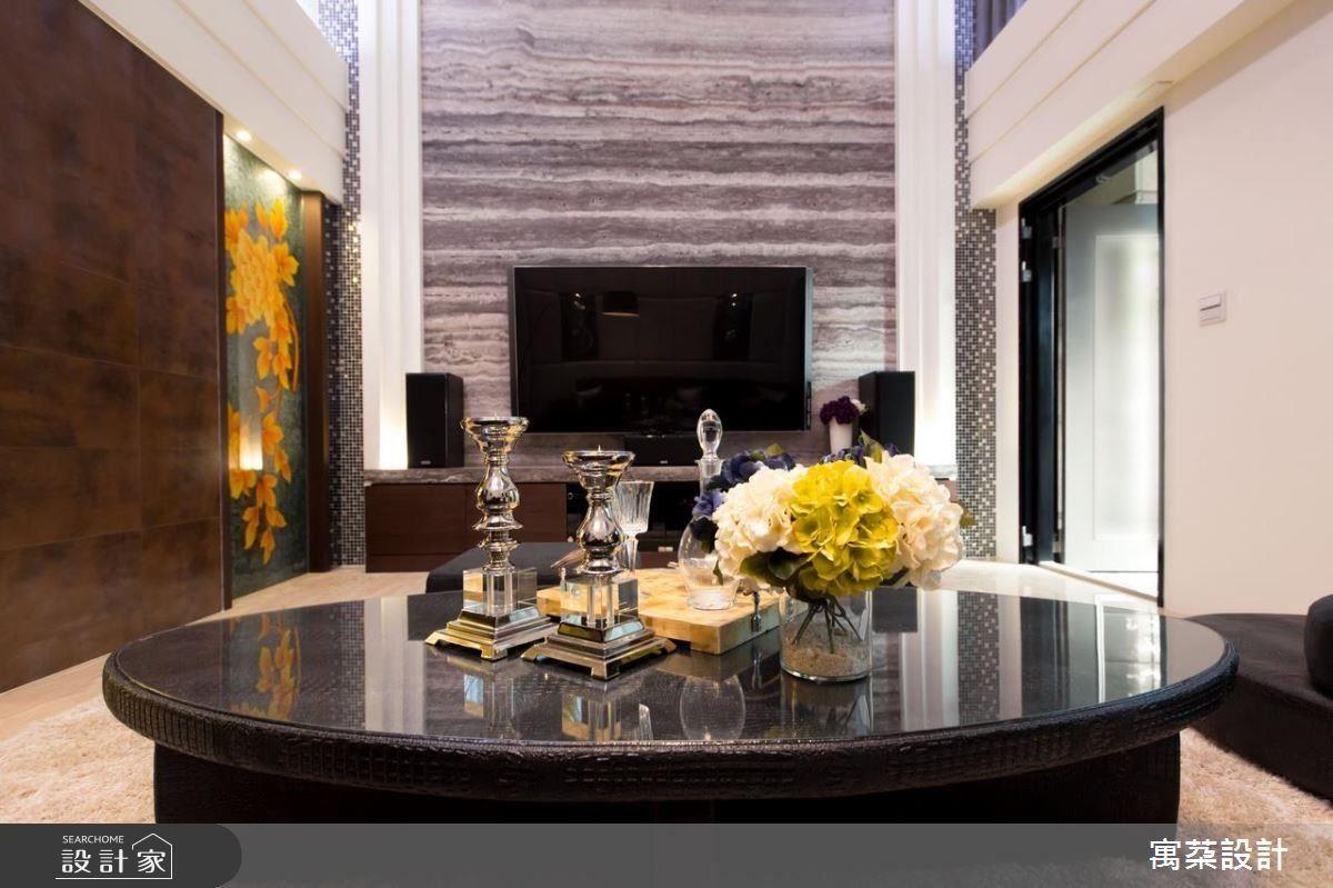 設計師選用自然質感強烈的銀灰色洞石大面鋪敘電視牆面,兩旁以速度感俐落的線條層層向外擴張,再以帶狀水晶馬賽克收尾,層次分明烘托電視牆的立體感,一旁則細膩低調的以雕花門扇結合胡桃木展示櫃作為端景。